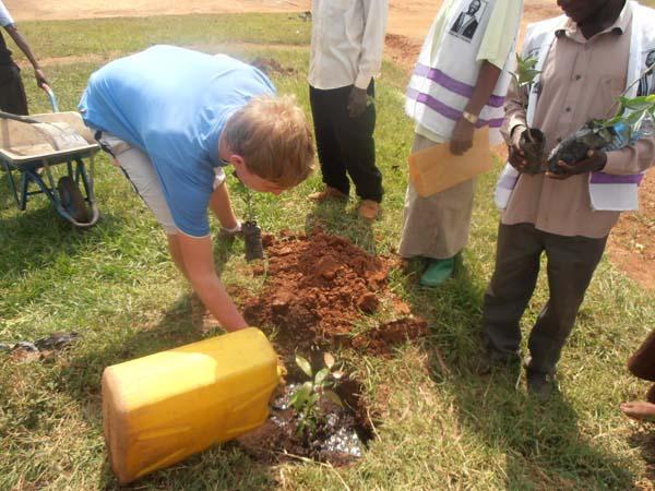 Tree planting volunteers Go Volunteer Africa
